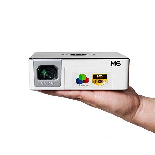 Pico/Micro Proyector AAXA M6 1080p LED, batería de 90 Minutos, Resolución Natural de HD Completo (1920x1080), 30,000 Horas LED de Vida, 1200 Lúmenes