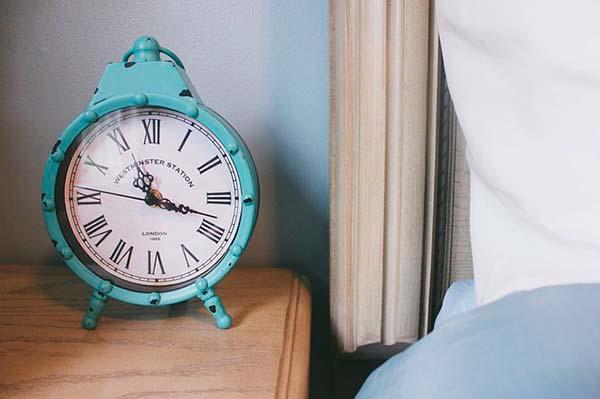 Despertador al lado de la cama