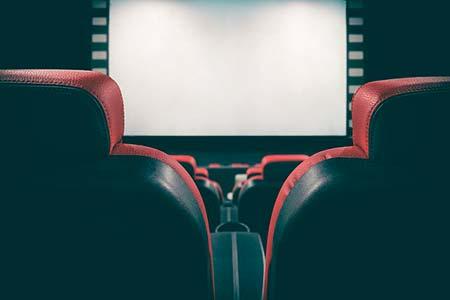 Una pantalla de proyección en una sala de cine
