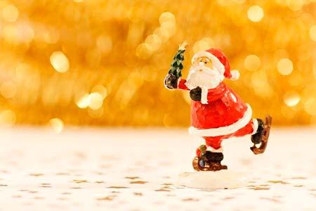 Papá Noel patinando entre luces navideñas