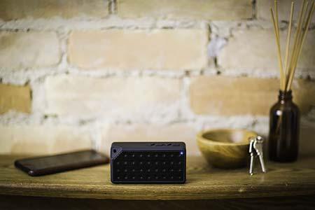 Proyector conectado a unos altavoces externos por Bluetooth